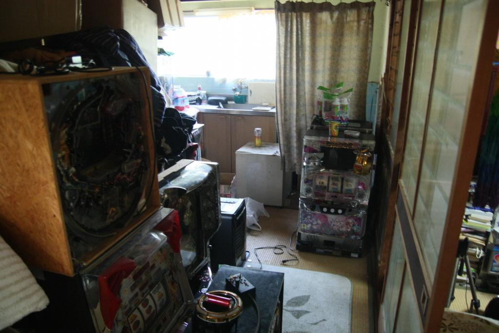 配信部屋の裏側。大量の実機やビールの入った冷蔵庫が置かれている
